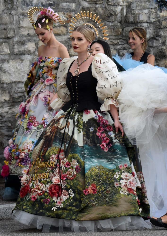 Cháu gái Công nương Diana kết hôn: Bộ váy cưới và câu chuyện đằng sau số 32-4