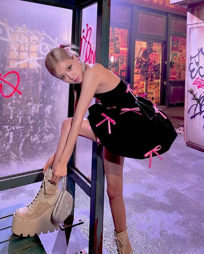 Rosé chân nhỏ xíu nhưng toàn thích giày ngoại cỡ khủng bố nuốt hết người!-9