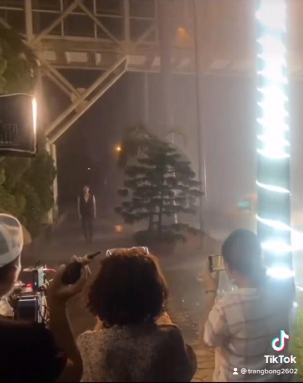 Hương Vị Tình Thân: Nam đi giữa đêm mưa, lướt qua Long như người lạ-1