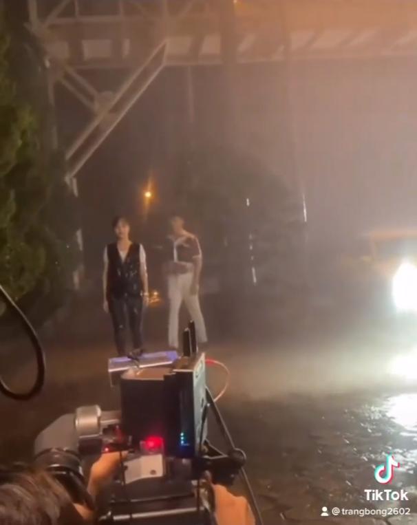 Hương Vị Tình Thân: Nam đi giữa đêm mưa, lướt qua Long như người lạ-3