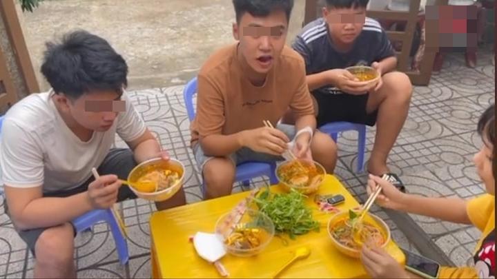 Lê Dương Bảo Lâm bị chỉ trích vì tụ tập ăn bún bò mùa dịch-3