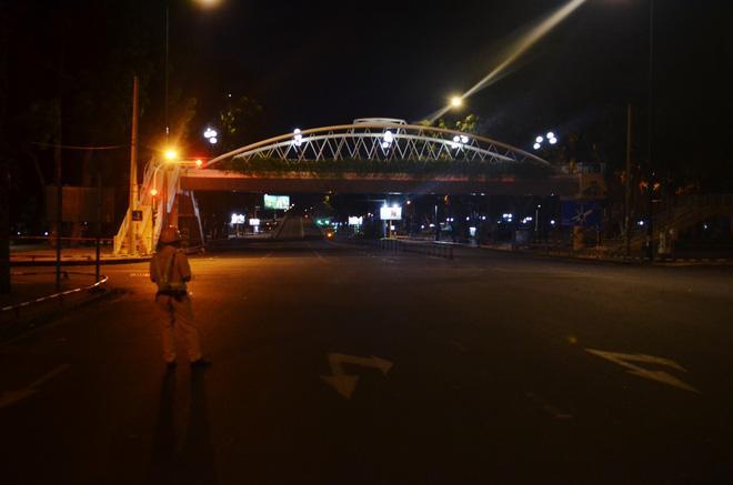 Đường phố TP.HCM vắng tanh, chỉ có 1 trường hợp ra đường sau 18h-7