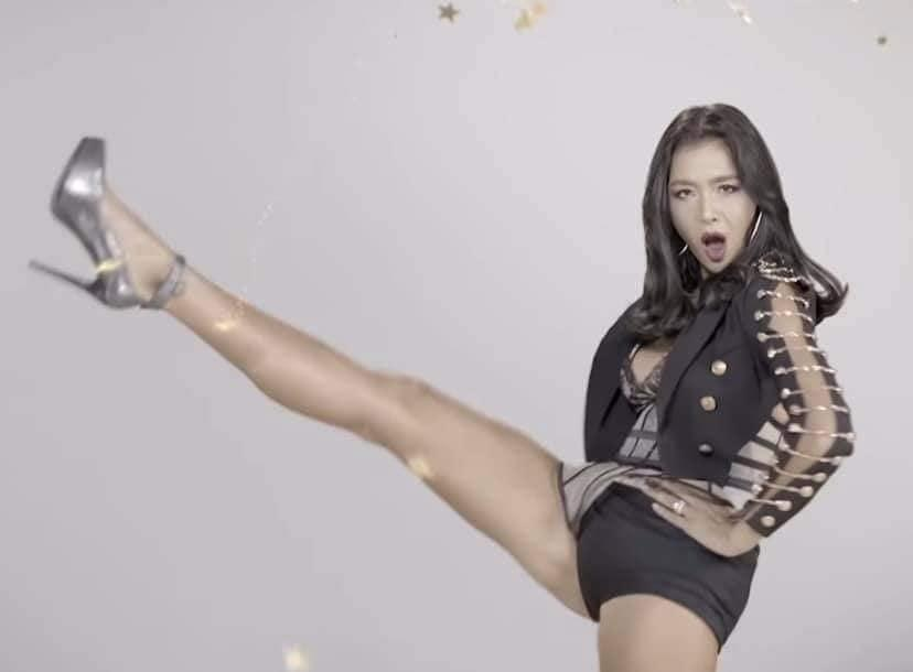 Cùng pose dáng xoạc rộng ra: Hà Hồ sang chảnh - Thu Minh kém duyên-5