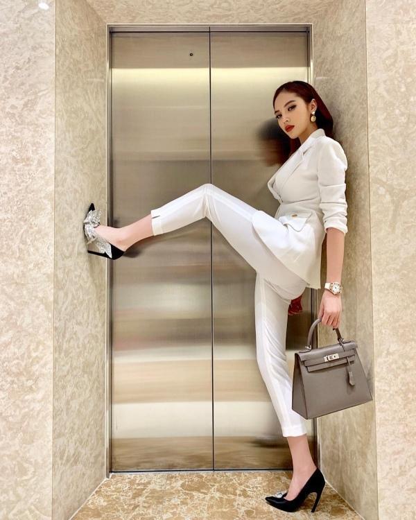 Cùng pose dáng xoạc rộng ra: Hà Hồ sang chảnh - Thu Minh kém duyên-6