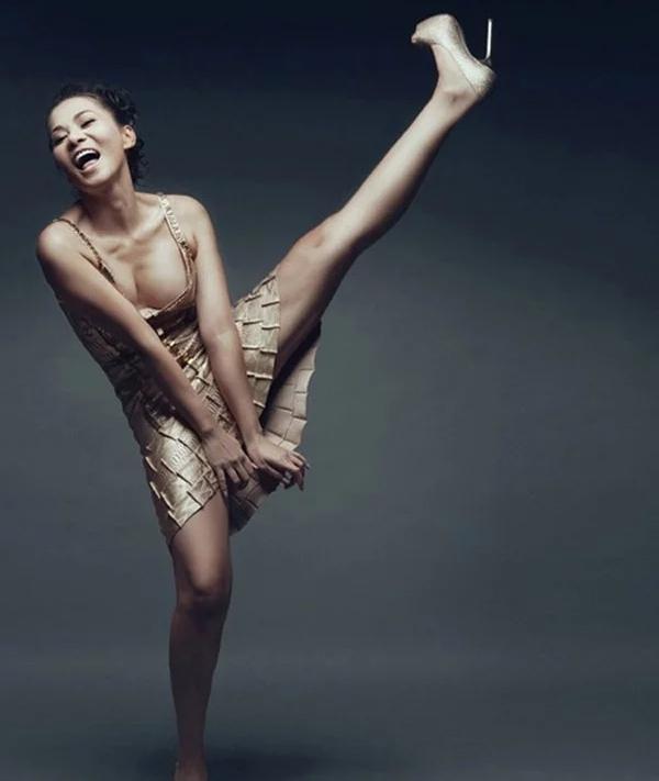 Cùng pose dáng xoạc rộng ra: Hà Hồ sang chảnh - Thu Minh kém duyên-7