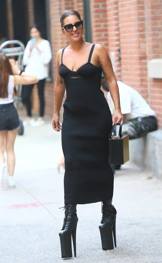 Tiền đình những lần đi giày cà kheo 40cm như diễn xiếc của Lady Gaga-4