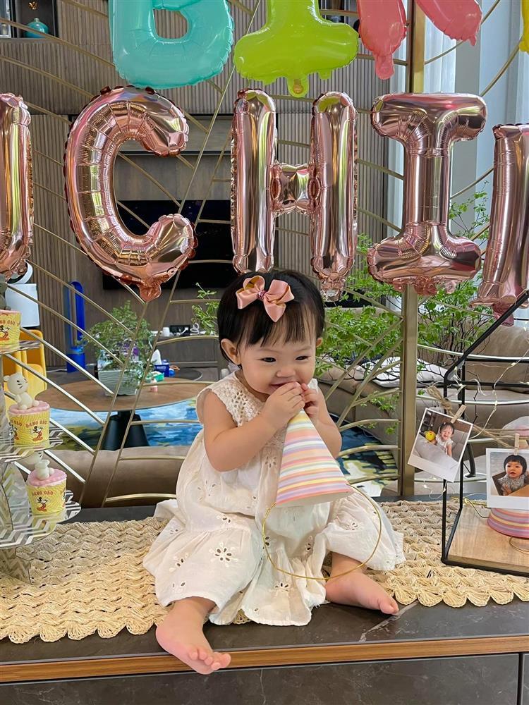 Bà nội quyền lực mừng sinh nhật con gái Cường Đô La 1 tuổi-1
