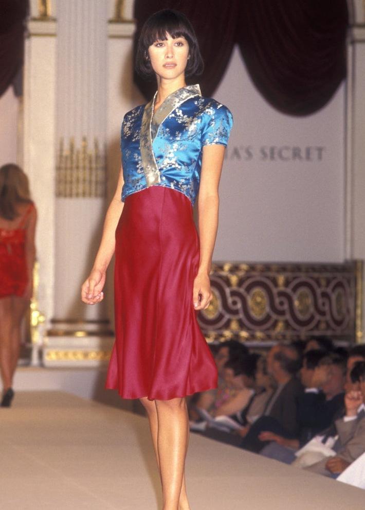 Show Victorias Secret thời đầu: Áo quần từ thập niên 90, dàn mẫu tuyển chọn khắt khe-7