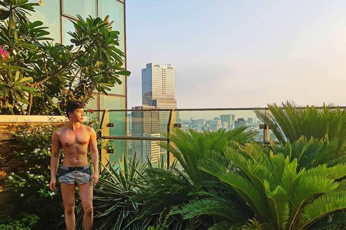 Bị chê ngực silicon, Nathan Lee càng chăm show body bóng nhẫy-4