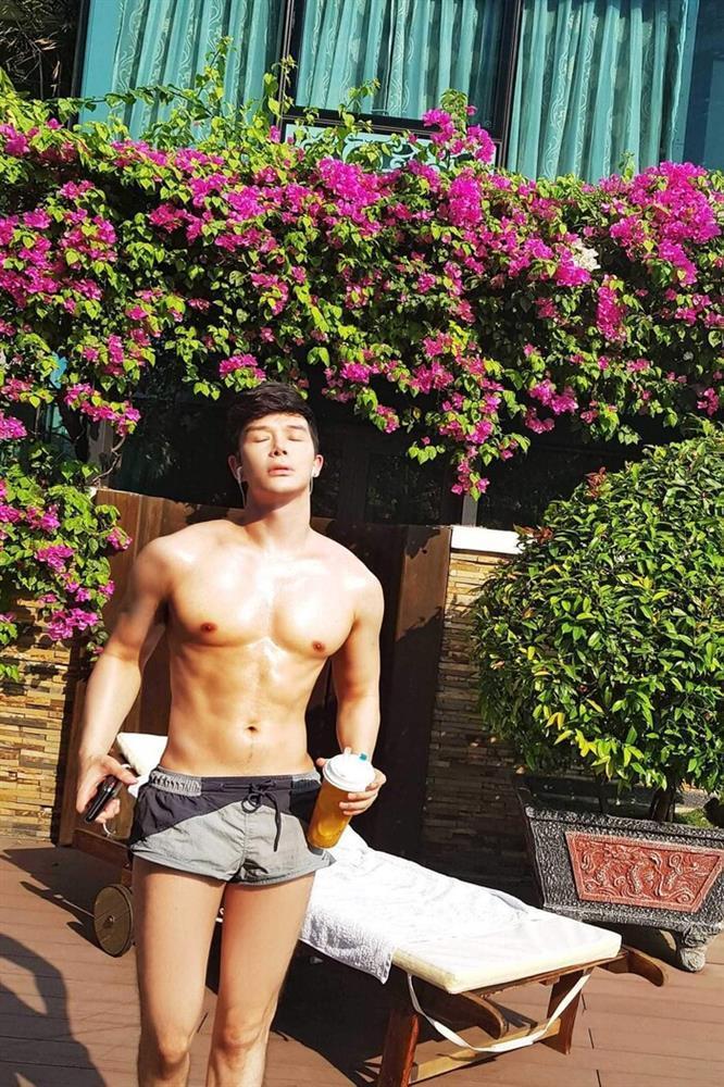 Bị chê ngực silicon, Nathan Lee càng chăm show body bóng nhẫy-5