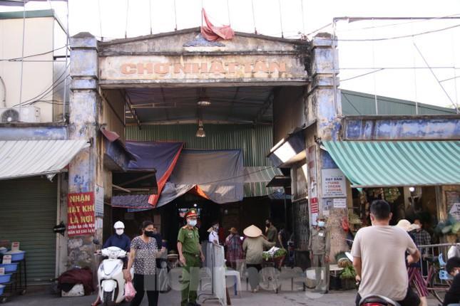 Chùm ảnh: Ngày đầu người dân Hà Nội đi chợ cầm phiếu chẵn, lẻ-1