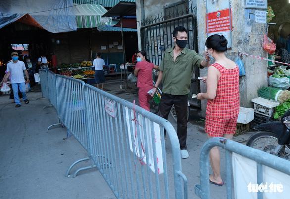 Chùm ảnh: Ngày đầu người dân Hà Nội đi chợ cầm phiếu chẵn, lẻ-3