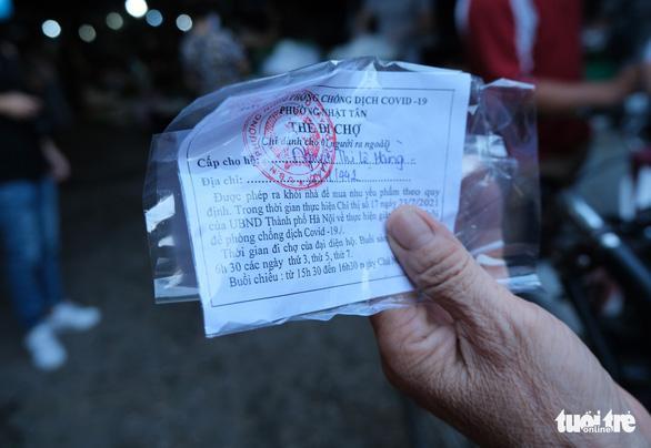 Chùm ảnh: Ngày đầu người dân Hà Nội đi chợ cầm phiếu chẵn, lẻ-2