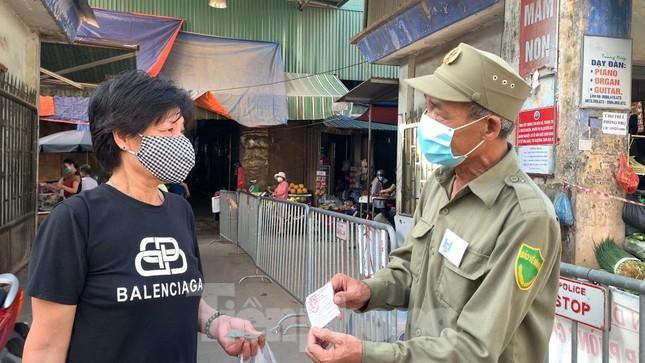 Chùm ảnh: Ngày đầu người dân Hà Nội đi chợ cầm phiếu chẵn, lẻ-4