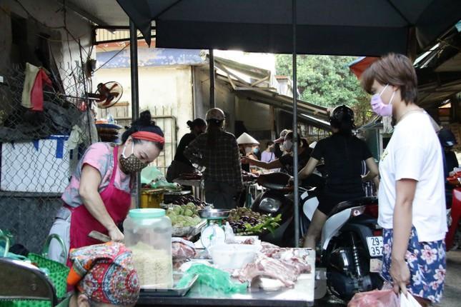 Chùm ảnh: Ngày đầu người dân Hà Nội đi chợ cầm phiếu chẵn, lẻ-5