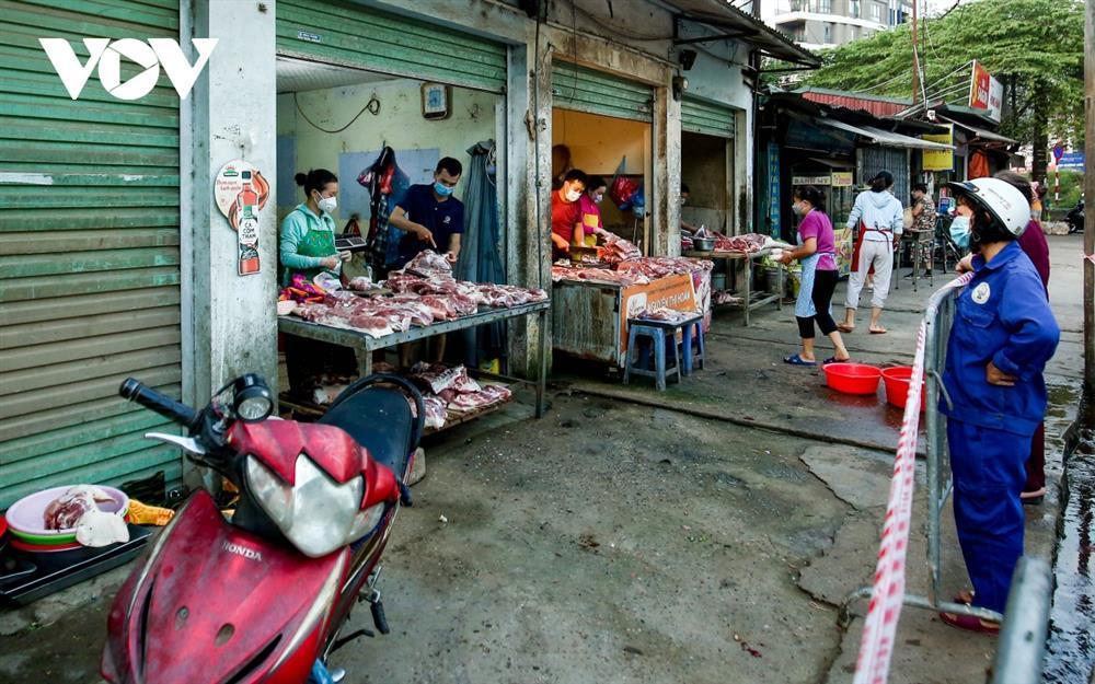 Chùm ảnh: Ngày đầu người dân Hà Nội đi chợ cầm phiếu chẵn, lẻ-6