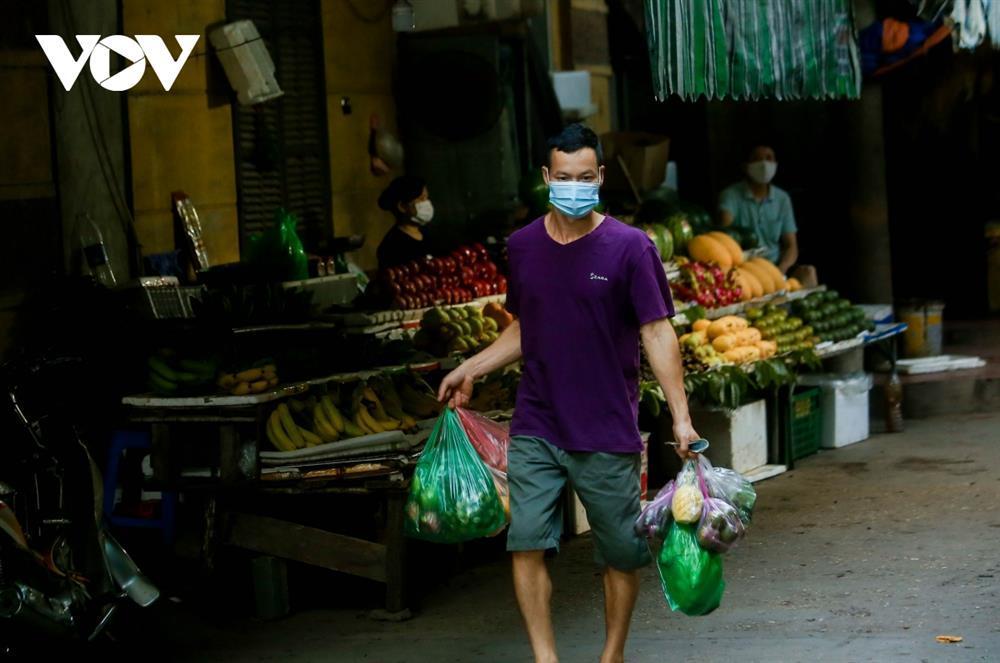 Chùm ảnh: Ngày đầu người dân Hà Nội đi chợ cầm phiếu chẵn, lẻ-8