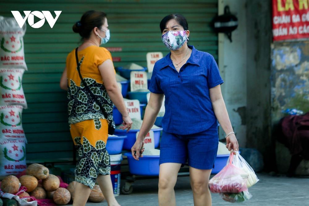 Chùm ảnh: Ngày đầu người dân Hà Nội đi chợ cầm phiếu chẵn, lẻ-9