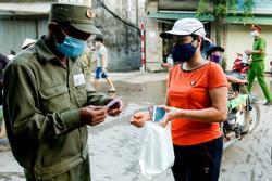 Chùm ảnh: Ngày đầu người dân Hà Nội đi chợ cầm phiếu chẵn, lẻ