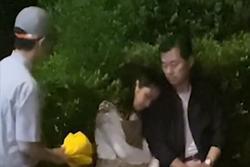 Con gái thất tình ngồi dưới mưa, bố có hành động khiến dân mạng xúc động