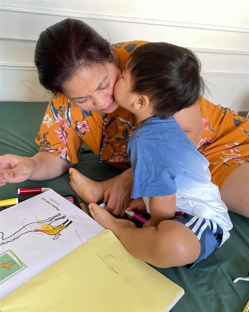 Con trai Hòa Minzy bên bà nội quyền lực, được cưng hết nấc-2
