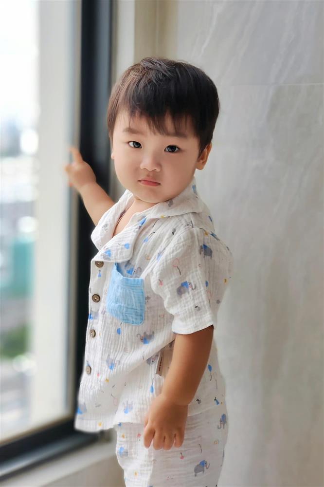 Con trai Hòa Minzy bên bà nội quyền lực, được cưng hết nấc-11