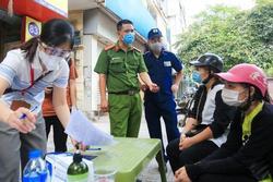 Hà Nội: Đang giãn cách vẫn đi mua điện thoại, 2 người bị xử phạt 4 triệu