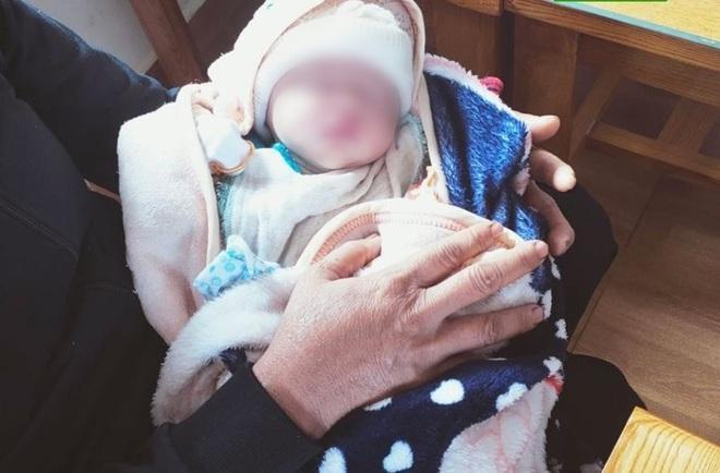 Phát hiện hai trẻ sơ sinh bị bỏ rơi dọc đường-1