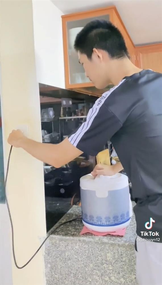 Chàng trai nấu cơm 1 ly gạo 3 ly nước kết quả có gì đó không ổn-1