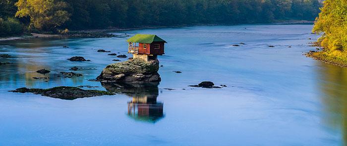 Ngôi nhà kỳ lạ trên mỏm đá, cô độc giữa núi rừng-1