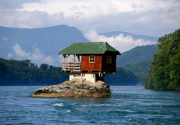 Ngôi nhà kỳ lạ trên mỏm đá, cô độc giữa núi rừng-2