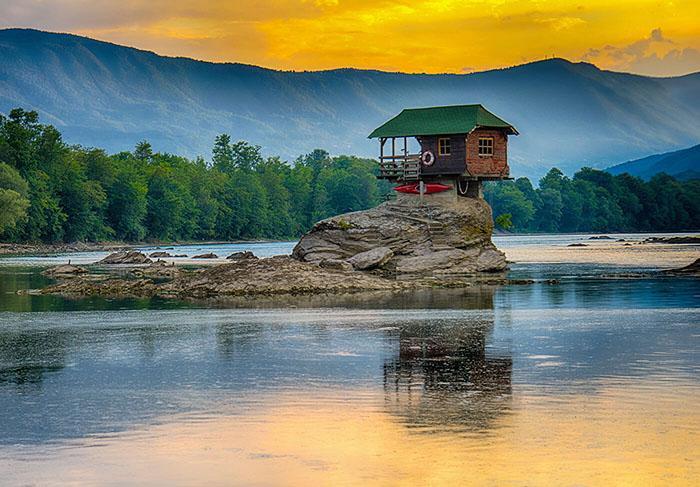Ngôi nhà kỳ lạ trên mỏm đá, cô độc giữa núi rừng-4