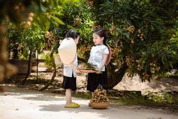 2 tiểu công chúa hóa 'đại sứ' quảng bá nhãn Hưng Yên ngọt lịm