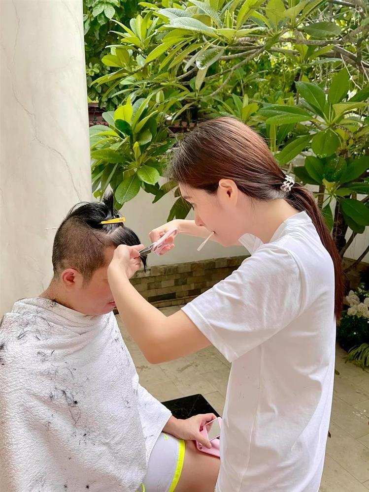 Đoàn Di Băng trổ tài cắt tóc khiến chồng đại gia đòi bỏ nhà đi bụi-2