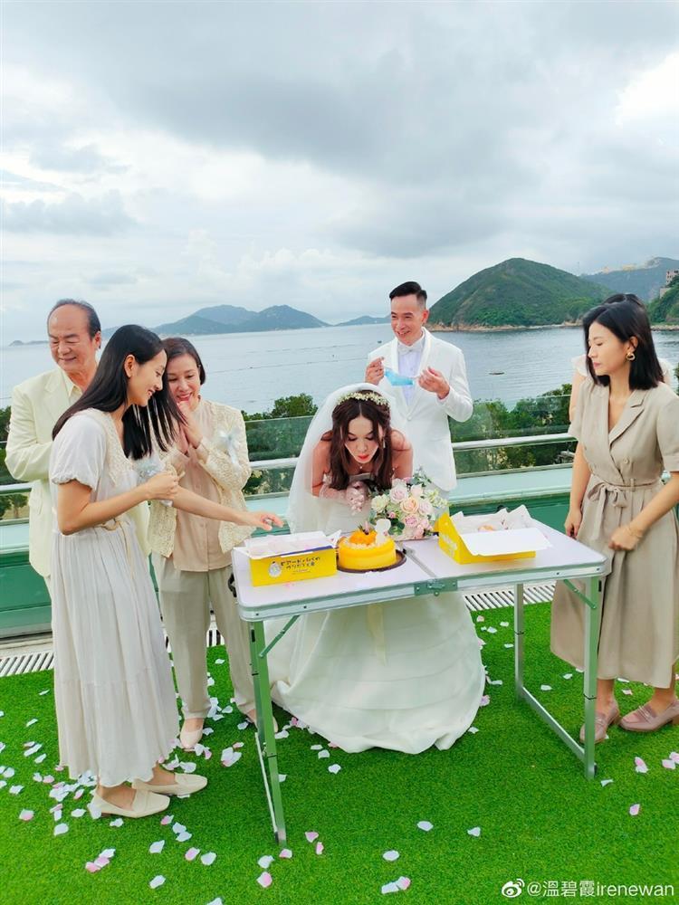 Ôn Bích Hà mặc váy cô dâu, tiệc sinh nhật tưởng đâu tiệc cưới-3