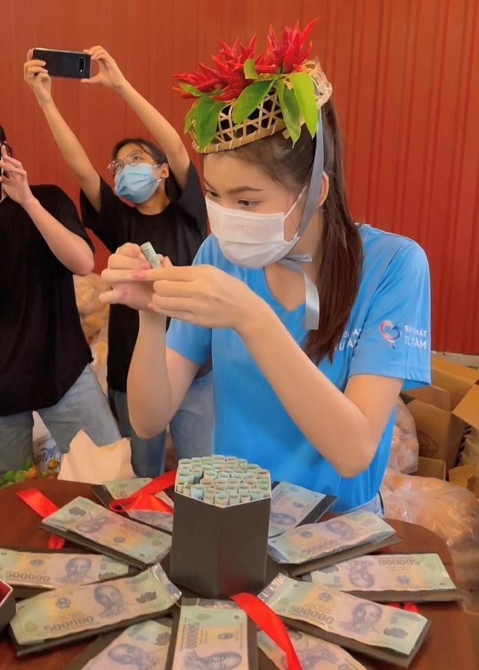 Á hậu Ngọc Thảo nhận vương miện ớt và 50 triệu đồng trong ngày sinh nhật-4
