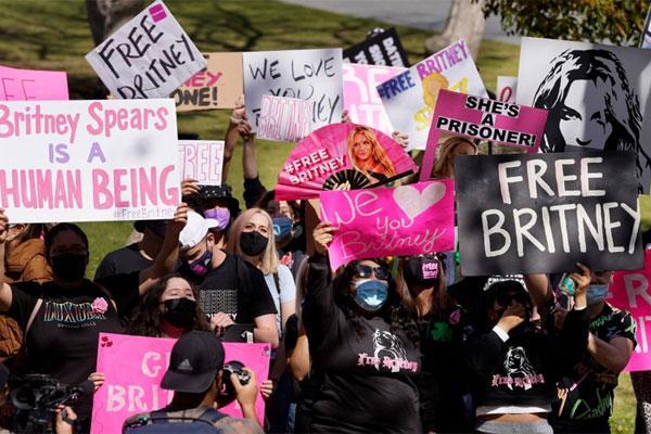 Thế lực nào đứng sau Britney Spears?-1