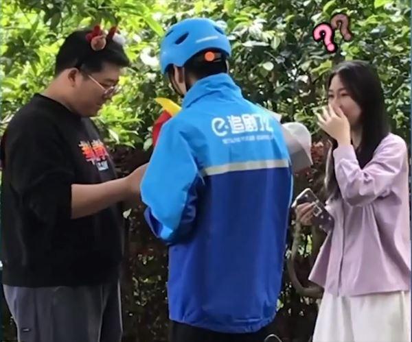 Chàng trai gặp crush trên mạng, hồi hộp tặng hoa khiến dân mạng gato-2