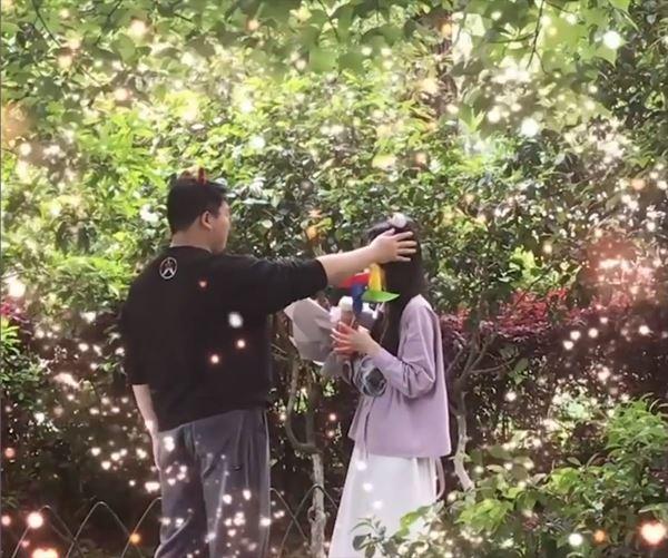 Chàng trai gặp crush trên mạng, hồi hộp tặng hoa khiến dân mạng gato-3