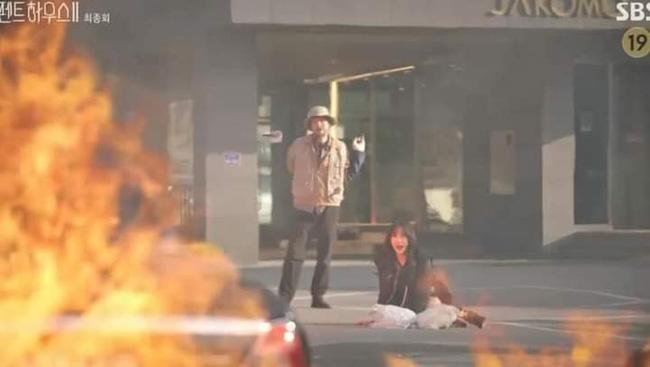 Logan Penthouse bị soi hóa trang bỏng da do bom nổ giả trân hết sức-1