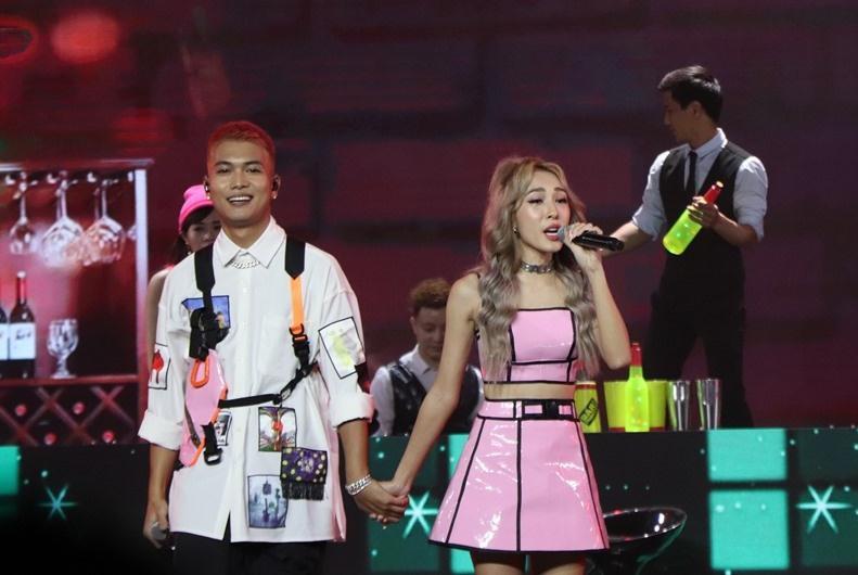 Emily quẩy cùng BigDaddy, netizen chê phũ: Hát chơi hay gì?-1