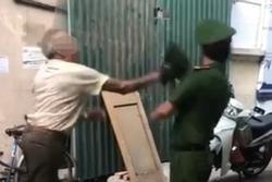 Hà Nội: Phạt cụ ông dùng mũ cối đập vào mặt công an 2 triệu đồng