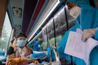Bí thư TP.HCM: Thành phố mời bà con ngoại tỉnh ở lại tiêm vaccine