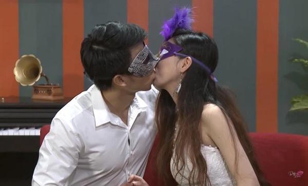 Để trai lạ sờ soạng trên show hẹn hò, nữ vũ công Việt bị cha ruột từ mặt!-1