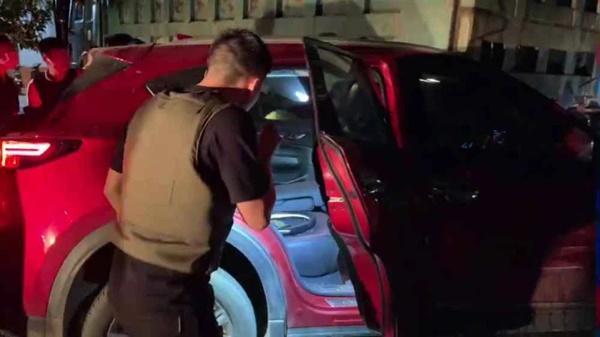 Video: Hàng chục cảnh sát chặn bắt ô tô chở ma túy và vũ khí nóng-1