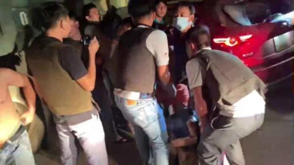 Video: Hàng chục cảnh sát chặn bắt ô tô chở ma túy và vũ khí nóng-2