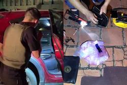 Video: Hàng chục cảnh sát chặn bắt ô tô chở ma túy và vũ khí 'nóng'