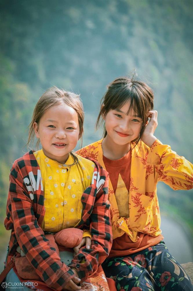 Phát sốt gương mặt bé gái Hà Giang cực xinh bế em bên đường-3