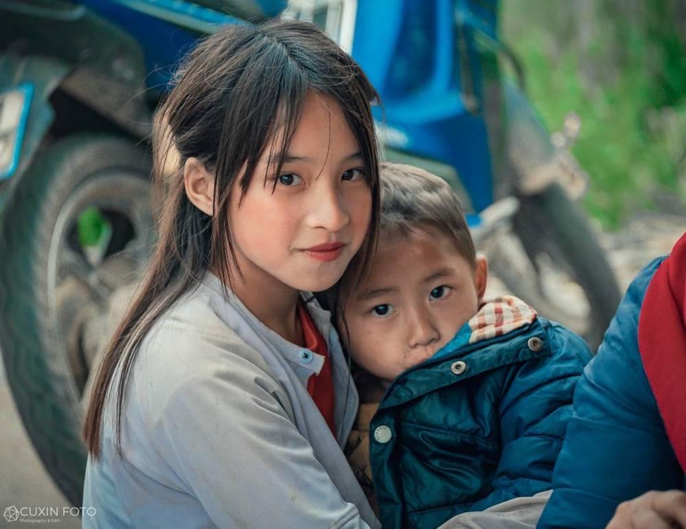 Phát sốt gương mặt bé gái Hà Giang cực xinh bế em bên đường-2