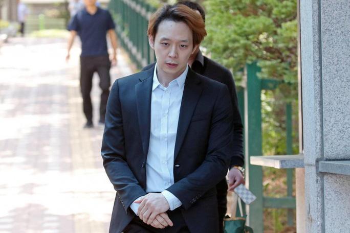 Hoàng tử gác mái Park Yoo Chun bị quản lý lật mặt, dọa bóc phốt-1